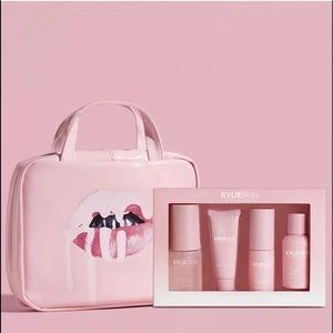 KYLIESKIN Lips Travel Case + 4 piece skin care set